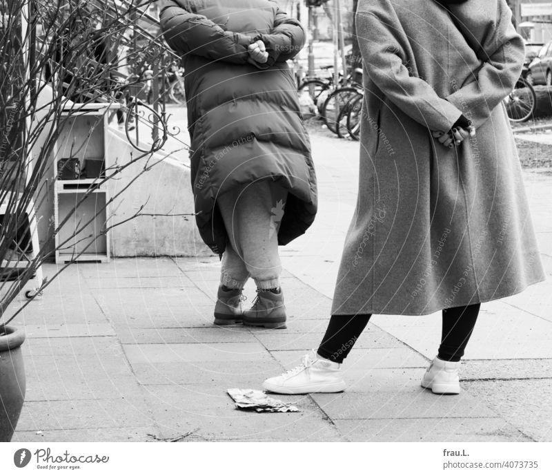 Choreografie des Anstehens Infektionsgefahr Virus Gesundheit Corona Pandemie Corona-Pandemie warten Coronavirus Schutz Prävention Frau Bäckerei Schlange stehen