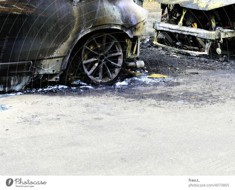 Ausgebrannt Autowrack Löschwasser Stadt Straßenrand Totalschaden Feuer ausgebrannt Verkehr PKW