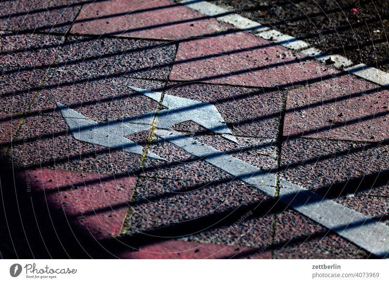Pfeil in verschiedene Richtungen abbiegen asphalt ecke fahrbahnmarkierung fahrradweg hinweis kante kurve linie links navi navigation orientierung pfeil rechts