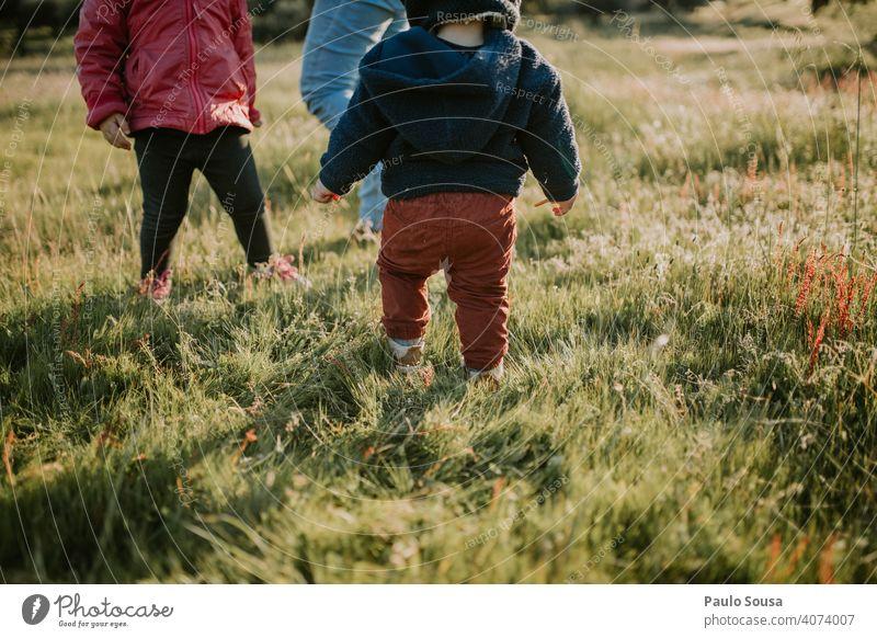 Bruder und Schwester spielen im Freien Geschwister Familie & Verwandtschaft Kind Kindheit Feld Frühling Frühlingsgefühle Frühlingsblume Zusammensein Gefühle