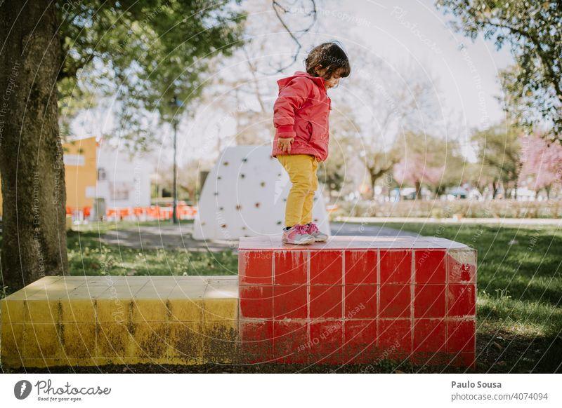 Nettes Mädchen spielt auf dem Spielplatz Kind Kindheit 1-3 Jahre Farbfoto Kaukasier Farbe farbenfroh authentisch im Freien Frühling rosa gelb Mensch