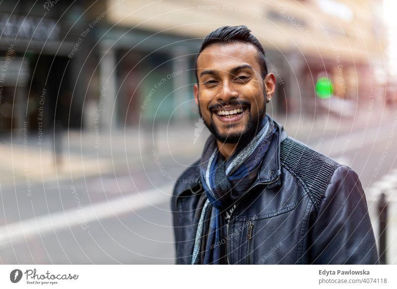 Porträt eines schönen lächelnden Mannes indische Ethnizität Blick in die Kamera Singhalesisch asiatisch Inder bärtig außerhalb Straße urban Stehen im Freien