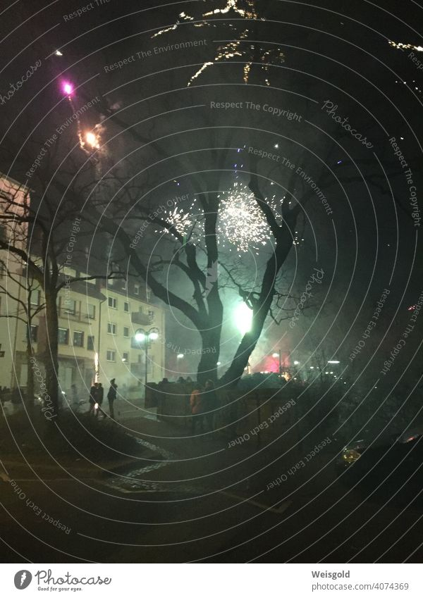 Silvester - Feuerwerk in der Stadt Silvester u. Neujahr Nacht Feiern Rakete Feuerwerkskörper Neuanfang Feste & Feiern Farbfoto Außenaufnahme Nachthimmel Party