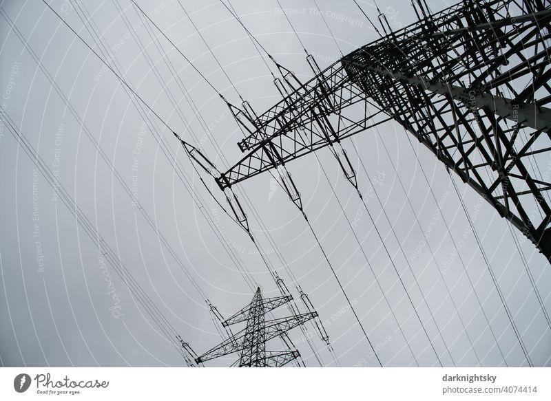Transport von elektrischer Energie durch Kabel an mehreren Masten Wolken Farbfoto Leitung Technik & Technologie Hochspannungsleitung Kragarm Fachwerkträger