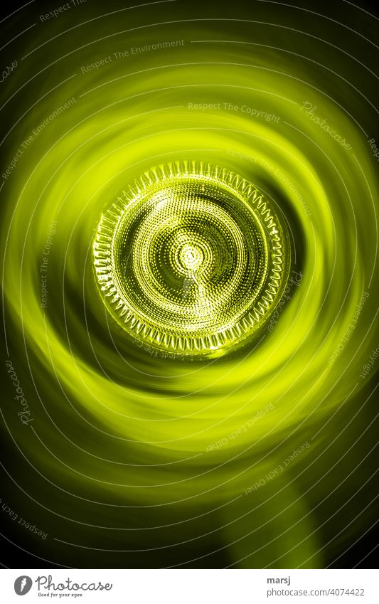 Illusion | Licht am Ende des Tunnels. Altglas Weinflasche Muster abstrakt Experiment Strukturen & Formen komplex Surrealismus Irritation skurril verwaschen