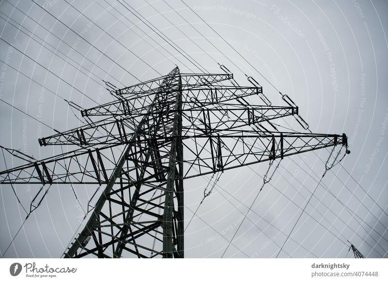 Transport von elektrischer Energie durch Kabel an einem Mast Wolken Farbfoto Leitung Technik & Technologie Hochspannungsleitung Kragarm Fachwerkträger