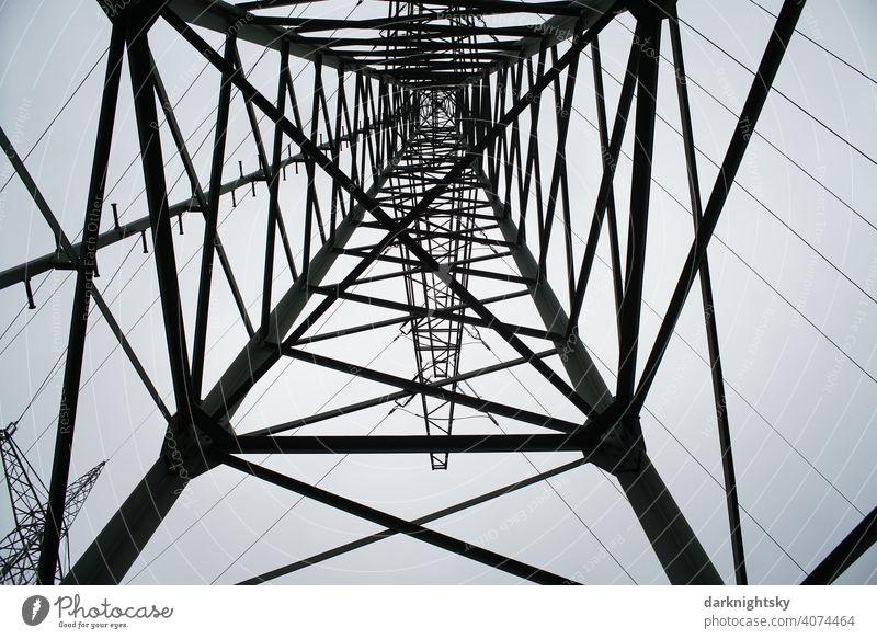 Transport von elektrischer Energie durch Kabel an einem Mast in Form einer statischen Fachwerkkonstruktion Wolken Farbfoto Leitung Technik & Technologie