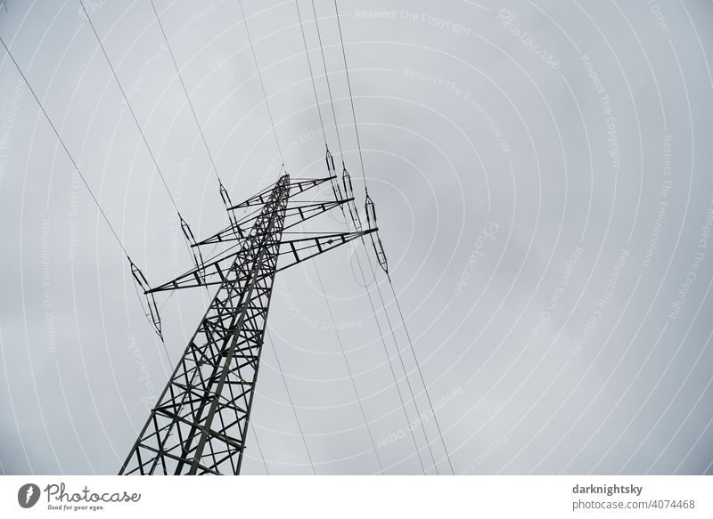 Transport von elektrischer Energie durch Kabel an einem Mast Wolken Farbfoto Leitung Technik & Technologie Hochspannungsleitung Freischwinger Fachwerkträger