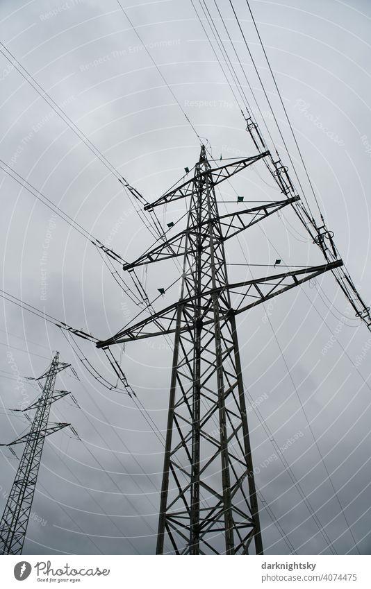 Transport von elektrischer Energie durch Kabel an mehreren hohen Masten Wolken Farbfoto Leitung Technik & Technologie Hochspannungsleitung Kragarm