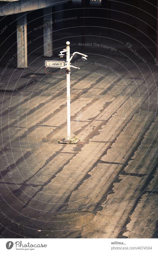 time to say goodbye Platz verlassen Straßenschild Verfall kaputt leerer Platz