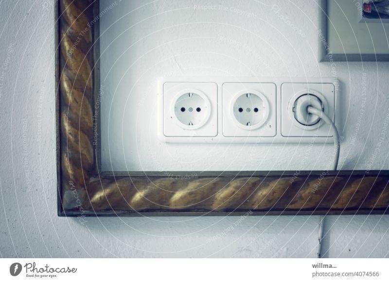 Rahmenbedingungen für Stromanbieter Steckdosen Stecker Schukosteckdose Stromversorgung Energielieferant Stromzufuhr Biderrahmen alter Bilderrahmen nostalgisch