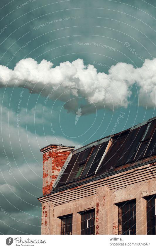 ein schornstein wundert sich Schornstein Rauch Wolken Klimawandel Umweltverschmutzung Luftverschmutzung Energiewirtschaft Industrieanlage alte Fabrik Emission