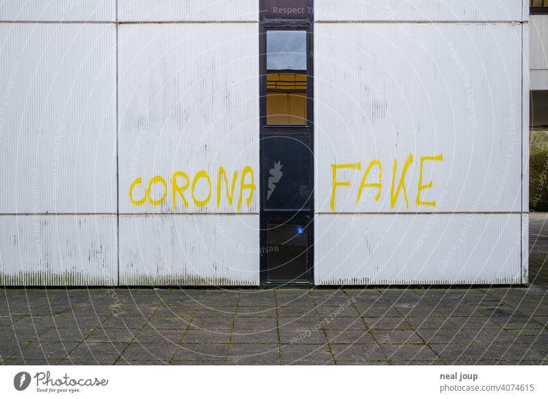 Gelbes Graffiti – Thema Corona – auf einer weißen Wand Krise Covid Wut Meinung Kommentar Pandemie Spruch Schrift Handschrift Virus Gesundheit Infektionsgefahr