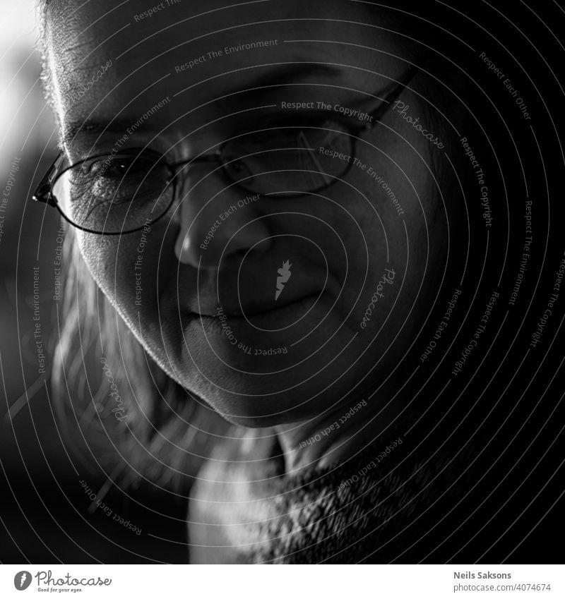 schöne Augen schöne Frau braunes Auge brünett Freizeitkleidung abschließen monochromes Bild Selbstvertrauen Textfreiraum Brille grau Behaarung Rücken