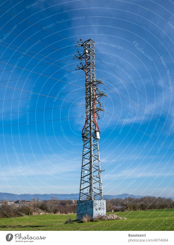 Mittelspannungsmast in der Landschaft. Vitoria, Baskenland, Spanien Strommast Stromversorgung Mast Stromleitung Elektrizität Energie Technik & Technologie