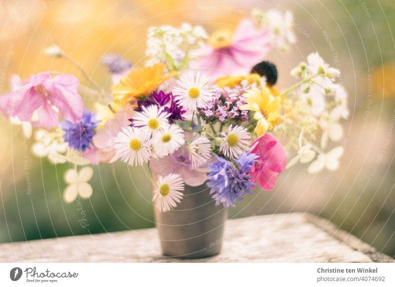 Ein kleiner romantischer Blumenstrauß mit Blümchen quer durch unseren Garten in einem alten Zinnbecher steht auf einer alten Weinkiste Gartenblumen