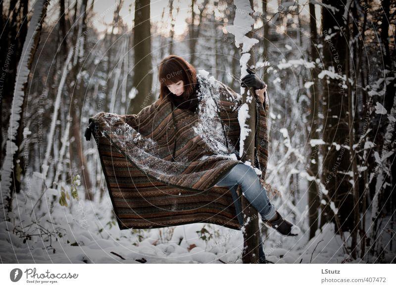 daughter . in the woods / 03 feminin Junge Frau Jugendliche Erwachsene 1 Mensch 18-30 Jahre Natur Winter Schnee Wald Jeanshose Umhang brünett Pony Bewegung