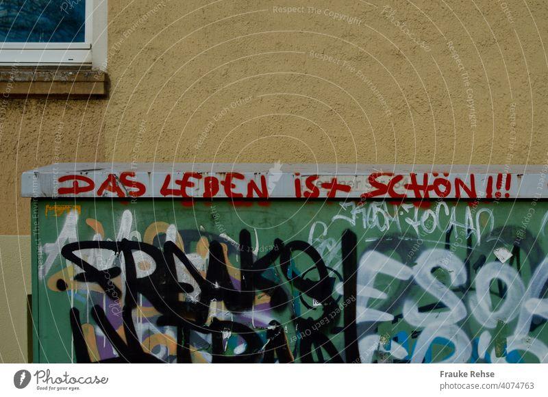 Das Leben ist schön!!! Aussage auf Stromkasten gesprayt. Grafitti Spruch rot Schriftzug Trafostation Trafo-Station gesprüht gesprühter Text positiv optimistisch