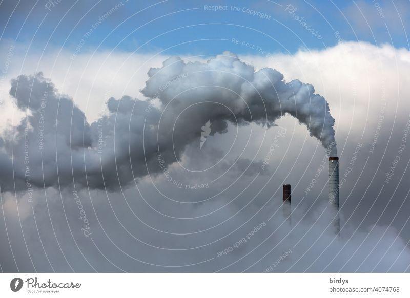 rauchender Industrieschornstein. In Abgasen verhüllte Industrielandschaft. Luftverschmutzung Himmel Fabrik Rauch klimaschädlich CO2-Ausstoß Kohlendioxid