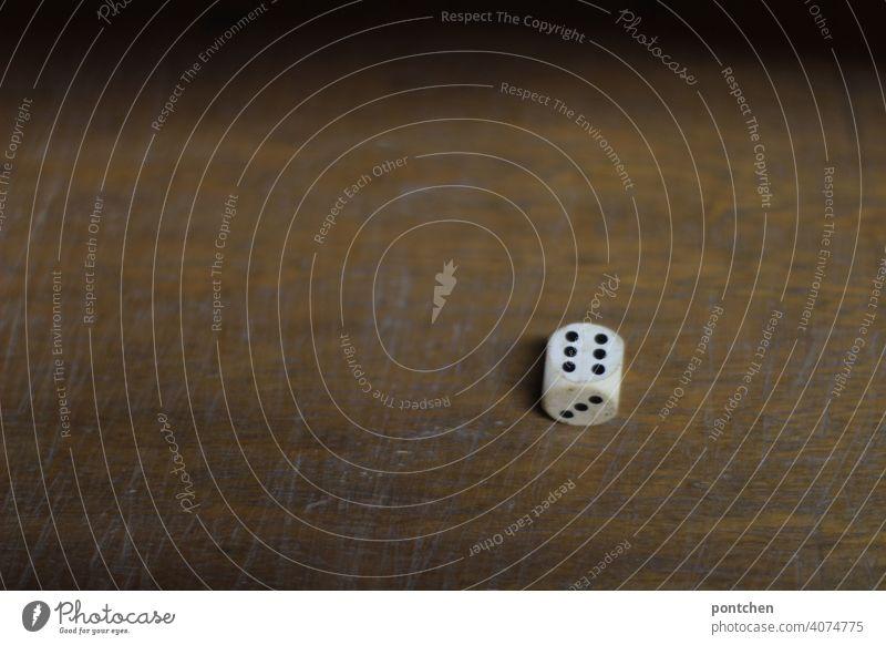 ein würfel mit sechs augen. glücksspiel, gesellschaftsspiel, würfeln spielsucht spielen Würfelspiel Freizeit & Hobby