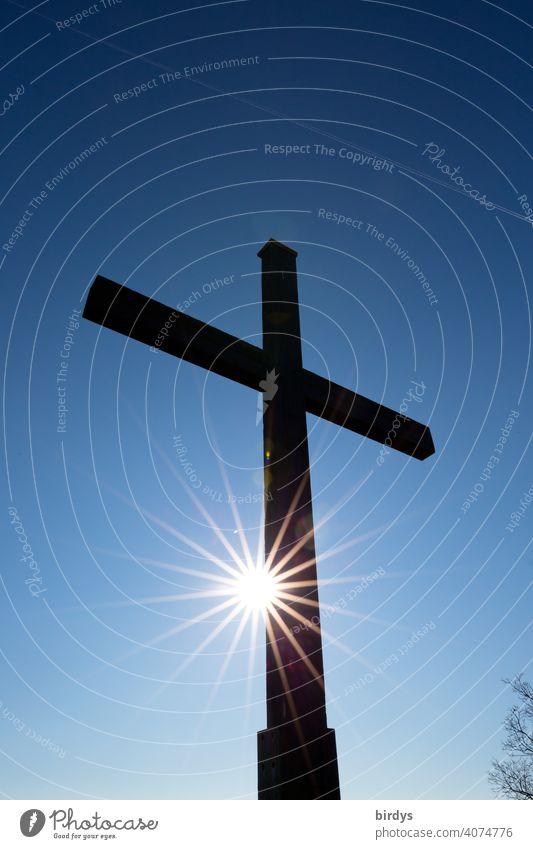christliches Feldkreuz vor blauem Himmel mit strahlender Sonne. Kreuz, Gegenlichtaufnahme Christentum Kirche Christliches Kreuz Religion & Glaube Katholizismus