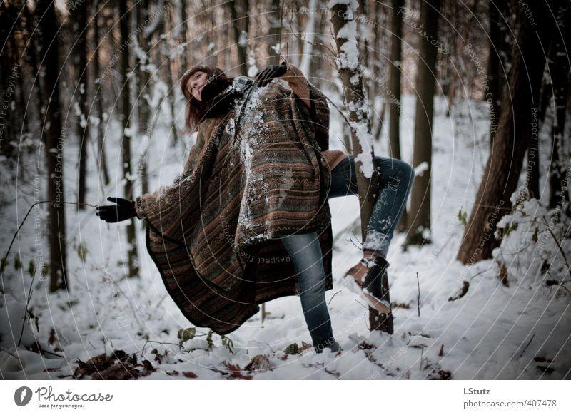 daughter . in the woods / 01 feminin Junge Frau Jugendliche Erwachsene Mensch 18-30 Jahre Tänzer Natur Winter Schnee Wald Jeanshose Umhang brünett Pony Bewegung
