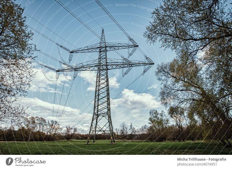 Strommast und Hochspannungsleitungen in der Landschaft Stromleitungen Stromtrasse Elektrizität Energiewirtschaft Technik & Technologie Stromtransport Kabel