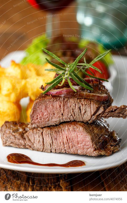 Steak auf einem Teller Zwiebel Fleisch gegrillt Sirloin Grill Rindfleisch Angus dryage entrecote frisch Filet geröstet saftig Zutat Braten Tisch Kraut