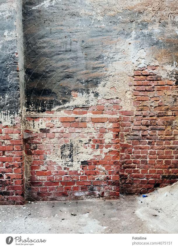 Lost - Mauerwerk in einer alten Fabrikhalle lost places Architektur verfallen Zahn der Zeit Endzeitstimmung Vergänglichkeit Wandel & Veränderung kaputt