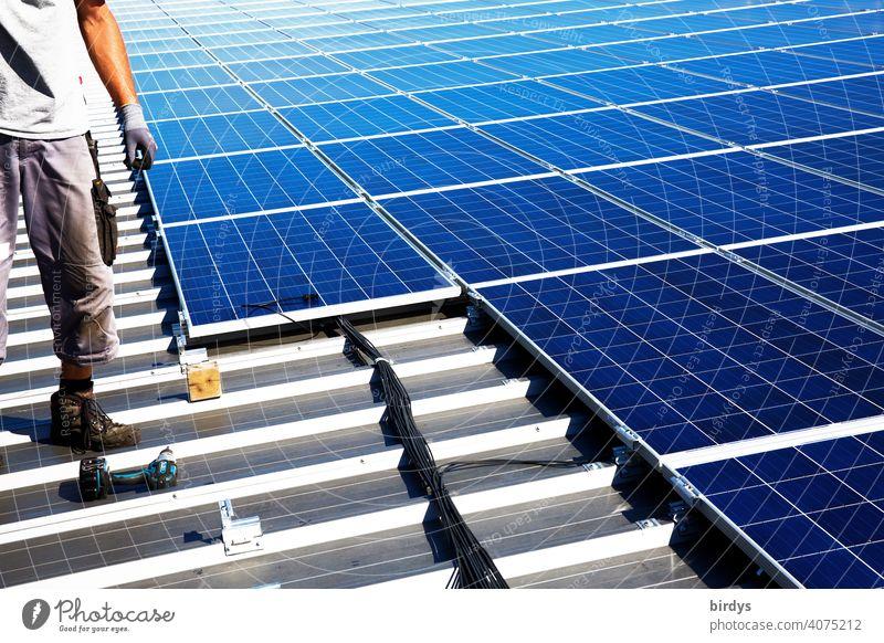 Montage einer Photovoltaikanlage auf einem Fabrikdach, PV-Anlage, Solartechnik Dachmontage Sonnenenergie Solarenergie Energiewirtschaft nachhaltig