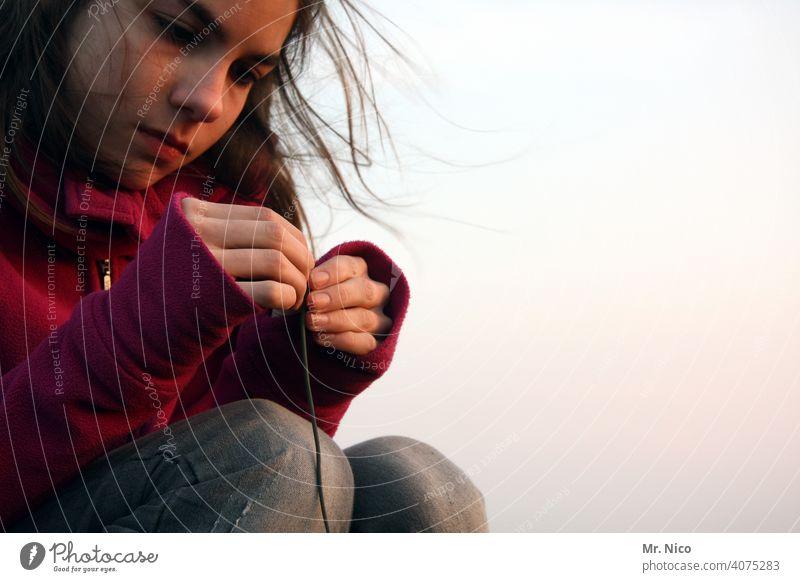 konzentriert Jugendliche Mädchen Konzentration Finger langhaarig Haare & Frisuren hocken nachdenklich Blick festhalten Gesichtsausdruck sweatshirt Fleece