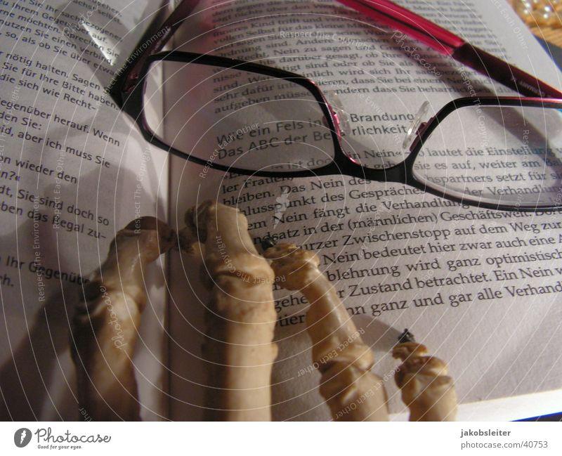 Seniorenstudium Literatur lesen Lesebrille Buch Freizeit & Hobby Totenhand geschlossen Textstelle