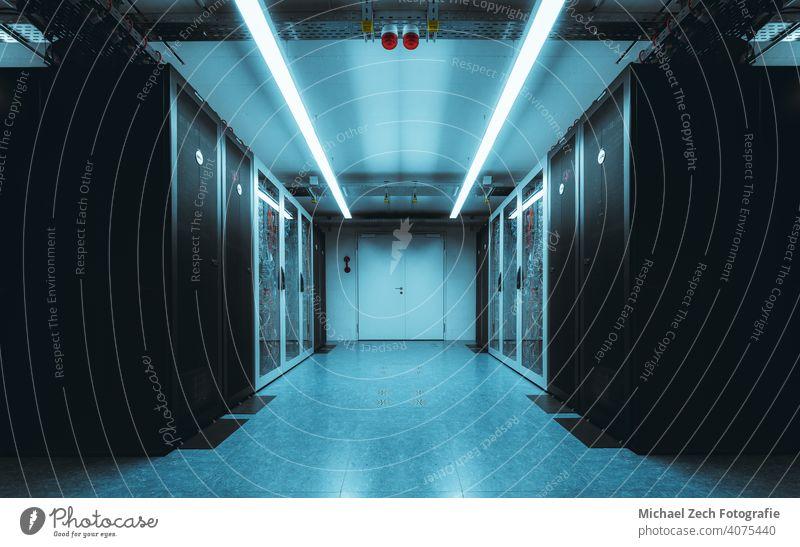 Serverraum mit blauem Neonlicht Internet Information Dienst System Raum Technik & Technologie Rechenzentrum Zentrum neonfarbig Ablage digital Hardware rendern
