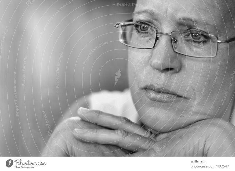 zuhören. nachdenken. anteil nehmen. Mensch Frau Erwachsene Gesicht Gefühle Traurigkeit träumen nachdenklich 45-60 Jahre beobachten Brille Mitgefühl Verständnis