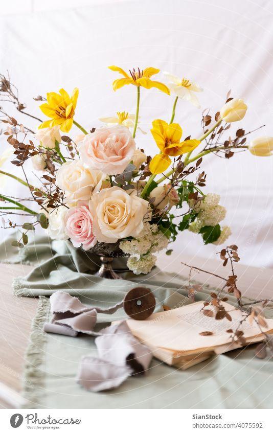 Stilleben mit einem schönen Blumenstrauß Tisch Vase Hochzeit Dekoration & Verzierung weiß Buch Bücher Hintergrund Innenbereich Ordnung Abendessen romantisch