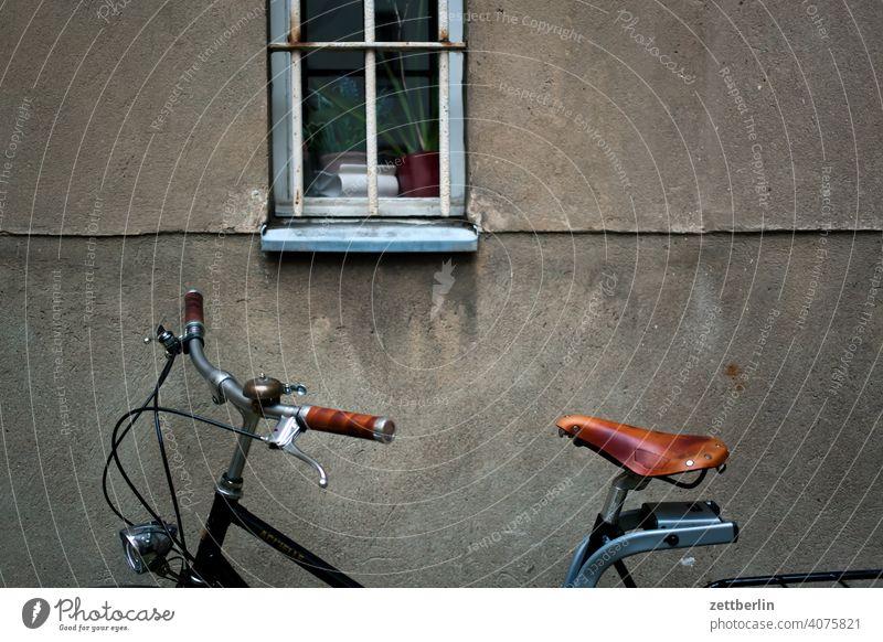 Fahrrad im Hinterhof altbau außen brandmauer fassade fenster haus hinterhaus hinterhof innenhof innenstadt mehrfamilienhaus menschenleer mietshaus textfreiraum