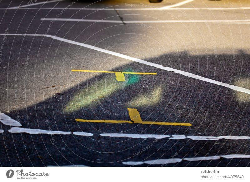 Parkplatz gegen Wochenmarkt asphalt ecke fahrbahnmarkierung hinweis kante kurve linie links navi navigation orientierung rechts richtung straße tipp weg