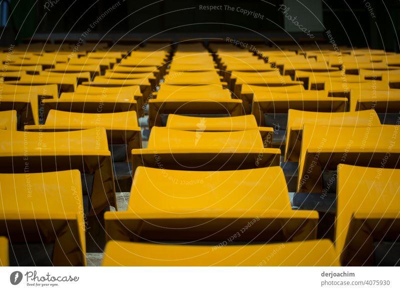 Ganz viele Stühle sind noch frei Der Vorhang ist noch geschlossen. .Das Schauspiel hat noch nicht begonnen. Die Zuschauer kommen gleich. Die Bühne liegt noch im dunklem. Nur die Stühle im weite Rund sind von der Sonne beleuchtet.