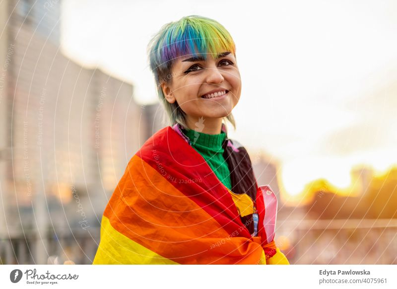 Porträt einer geschlechtslosen Person mit Regenbogenfahne nicht-binär geschlechtsfluid Gender-Fluidität lgbt Gleichstellung Homosexualität lesbisch Fahne Stolz