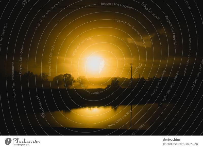 Spiegelung mit Sonnenuntergang Wolken Himmel Abend Abenddämmerung Dämmerung Natur Landschaft Licht Silhouette Schönes Wetter Kontrast Farbfoto Außenaufnahme