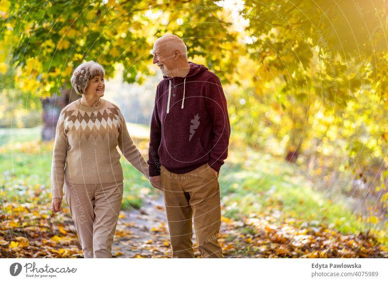 Glückliches Seniorenpaar, das einen Tag im Freien im Herbst genießt Paar Liebe echte Menschen in den Ruhestand getreten Rentnerin gealtert Großmutter Großeltern
