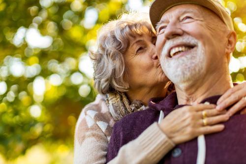 Senior Paar genießt Herbstfarben zusammen Liebe echte Menschen in den Ruhestand getreten Rentnerin gealtert Großmutter Großeltern Großvater Tag zwei