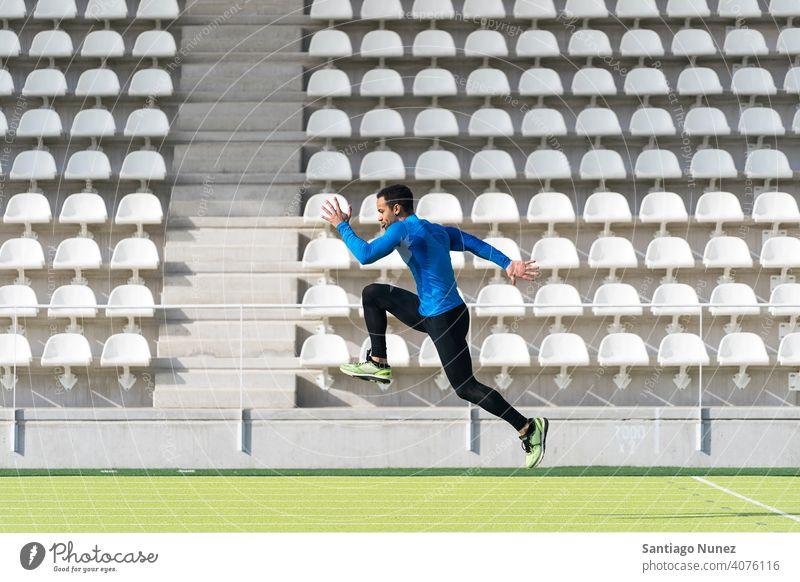 Schwarzer Mann, der auf einer Schiene springt. Sportler Freunde Training jung passen Fitness männlich sportlich Lifestyle Gesundheit Person muskulös attraktiv