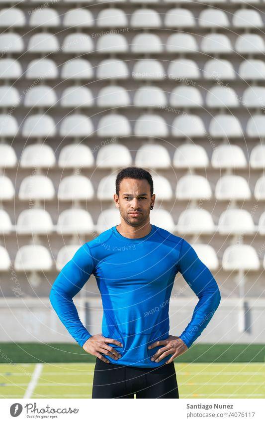 Porträt eines Sportlers auf der Laufbahn Athlet Läufer Afroamerikaner in die Kamera schauen Lifestyle Akimbo-Waffen 25 bis 30 Jahre alt aktiv Schwarzer Mann