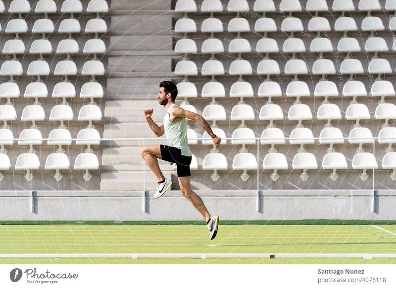 Athlet, der in der Leichtathletik trainiert Seitenansicht springend rennen Kaukasier eine Person Sportbahn Stärke Läufer Aktion springend laufend Stadion Übung