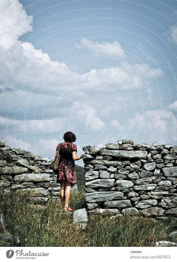 erkunden Mensch Frau Jugendliche alt Einsamkeit ruhig Junge Frau Haus Erwachsene Wand Wärme feminin Mauer Stein Tür warten