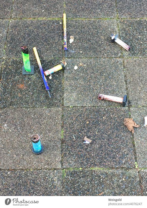 Reste eines Feuerwerks, Neujahrstag Feuerwerkskörper Stadt Müll Silvester u. Neujahr Außenaufnahme Brand Farbfoto Umwelt Umweltverschmutzung Stadtraum