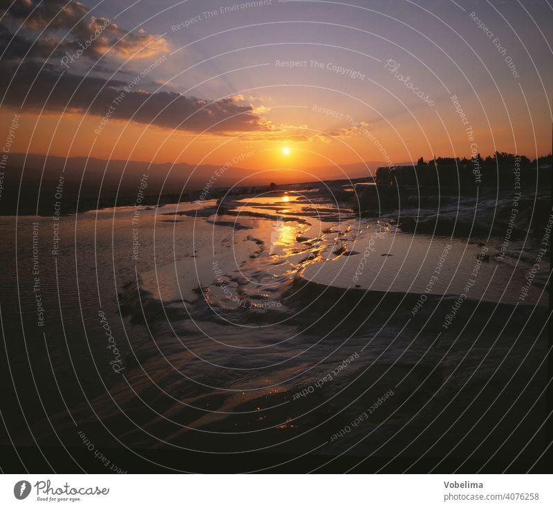 sinterterrassen von Pamukkale in der Tuerkei TÜRKEI Mittelmeer Anatolien tuerkei abend abends sonnenuntergang abendhimmel geologie sehenswert abendsonne asien