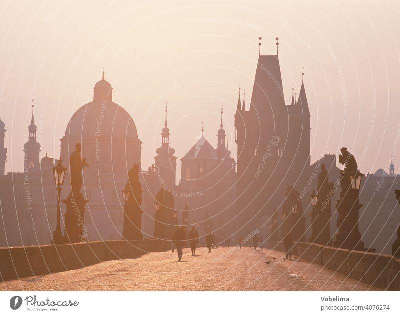Karlsbruecke in Prag PRAG Karlsbrücke Weg Brücke karlsbruecke tschechien europa altstadt turm tuerme architektur morgen morgens dunst morgensonne