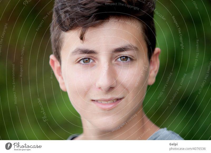 Gutaussehender braunhaariger Teenager. Junge männlich Porträt jung Natur Person gutaussehend Park Jugend Kaukasier außerhalb Mann ernst Sommer im Freien